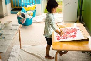子供たちは触れ合い五感で感じモノを創り仲間と繋がり造形物や絵を生み出していきます